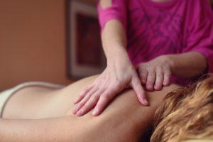 Antistresová masáž je jemná a příjemná.